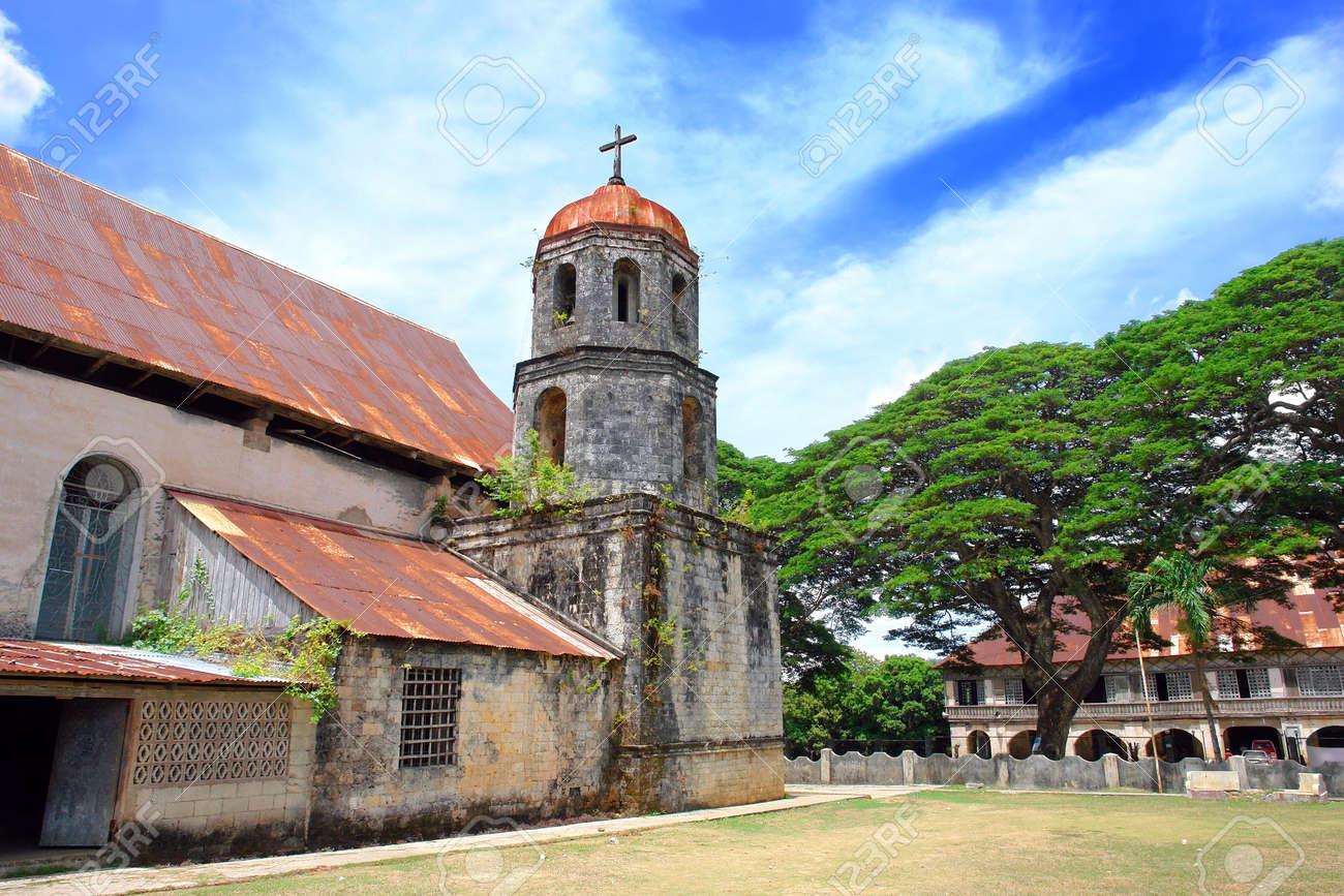 フィリピンのカトリック教会、鐘楼と修道院の聖 Isidore Labradore ...