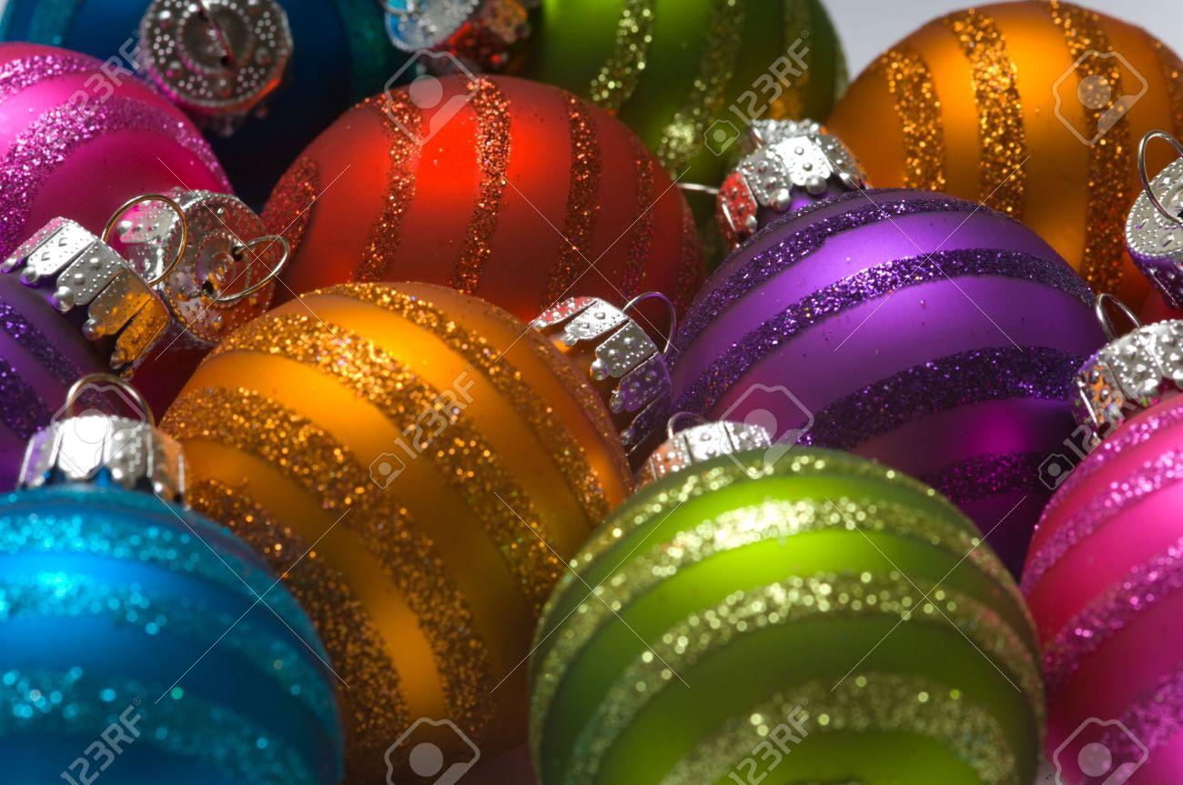 surtido de colores brillantes bolas de navidad color o de gran fondo foto de archivo