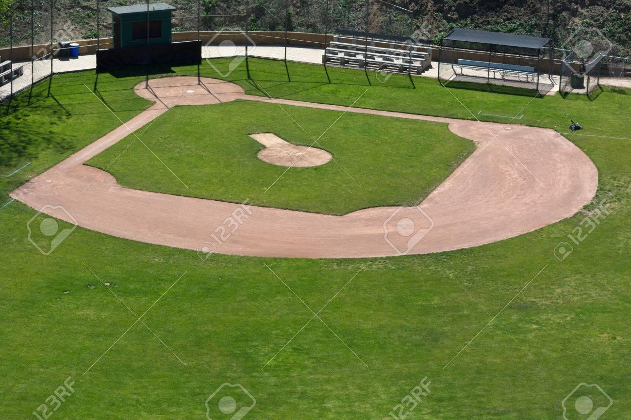 LIttle League baseball field with green grass and dirt - 44670078