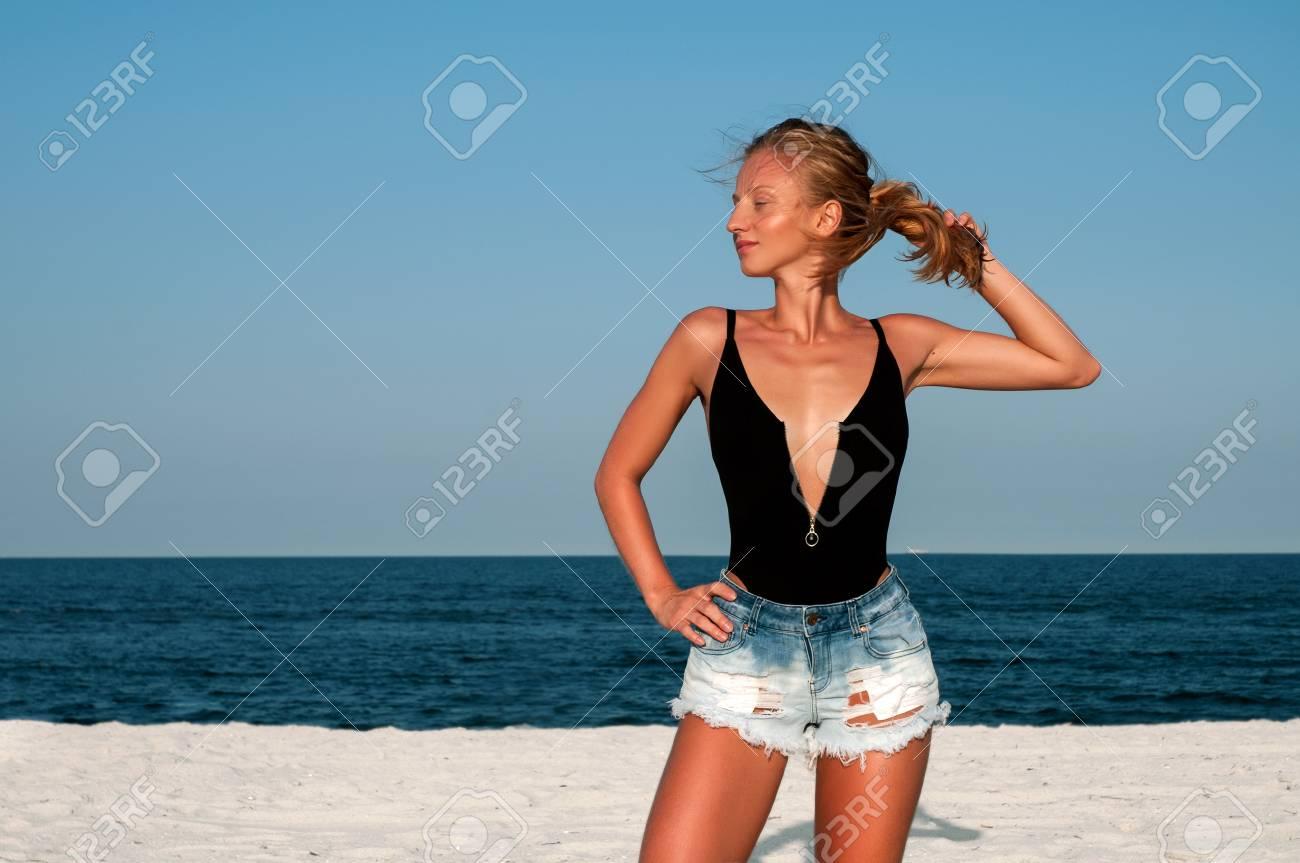Mujer Hermosa En Traje De Bano Negro Y Pantalones Cortos De Mezclilla En La Playa Concepto De Verano Fotos Retratos Imagenes Y Fotografia De Archivo Libres De Derecho Image 85491186