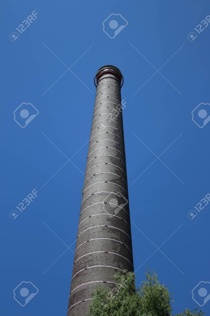 Tours De Cheminee Industrielles Dans Le Ciel Banque D Images Et Photos Libres De Droits Image 92725386