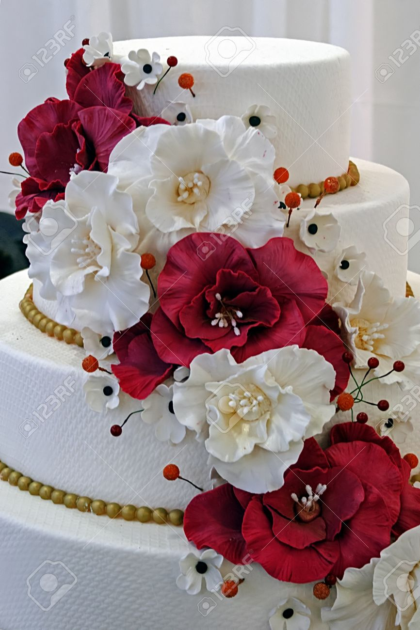 Wedding cake specially decorated with edible flowers - 17306056