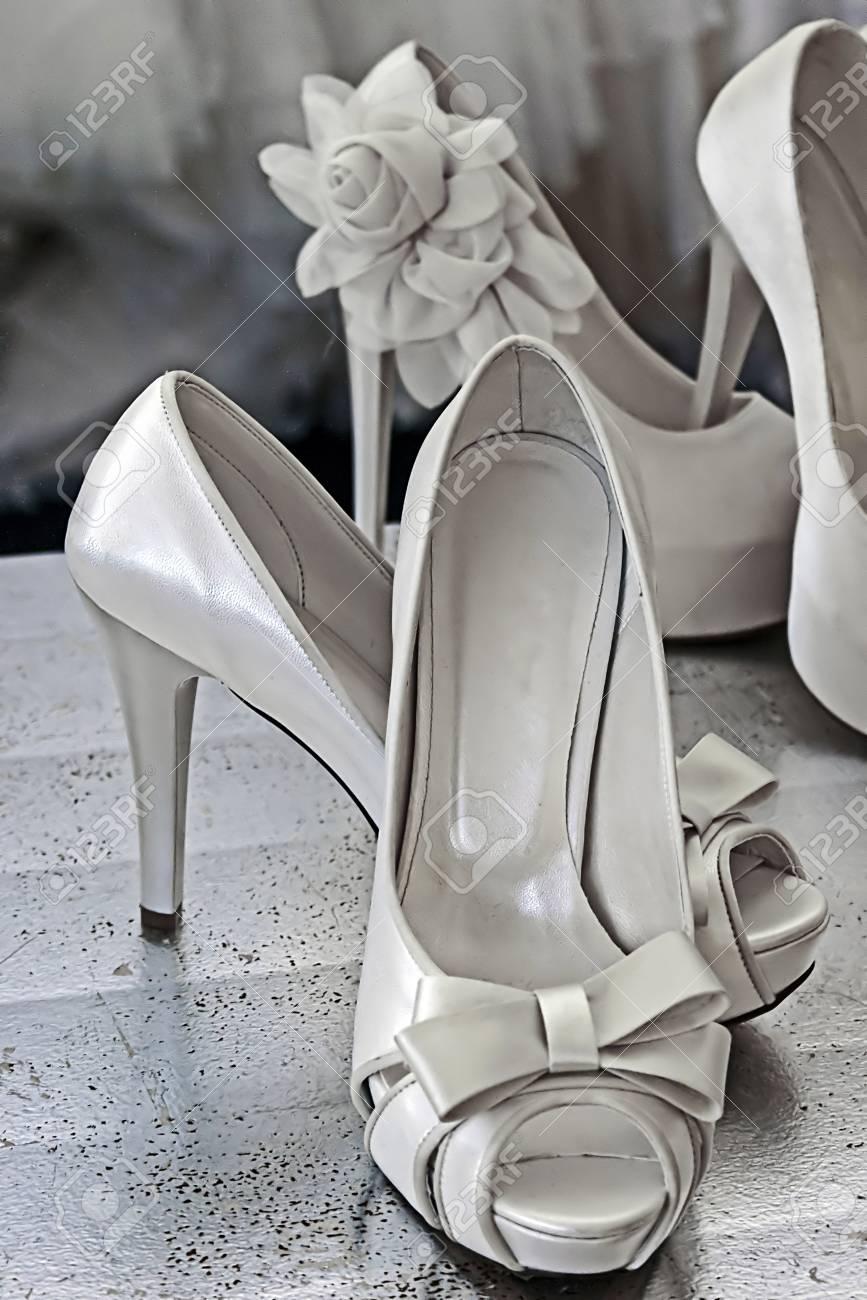 Brautschuhe Mit Blumen Geschmückt. Hochzeitskleid Auf Hintergrund ...