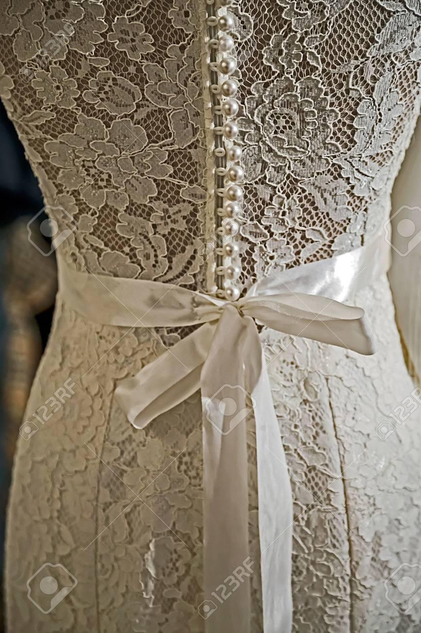 Ausschnitt Aus Einem Hochzeitskleid Mit Spitze Verziert, Kristallen ...