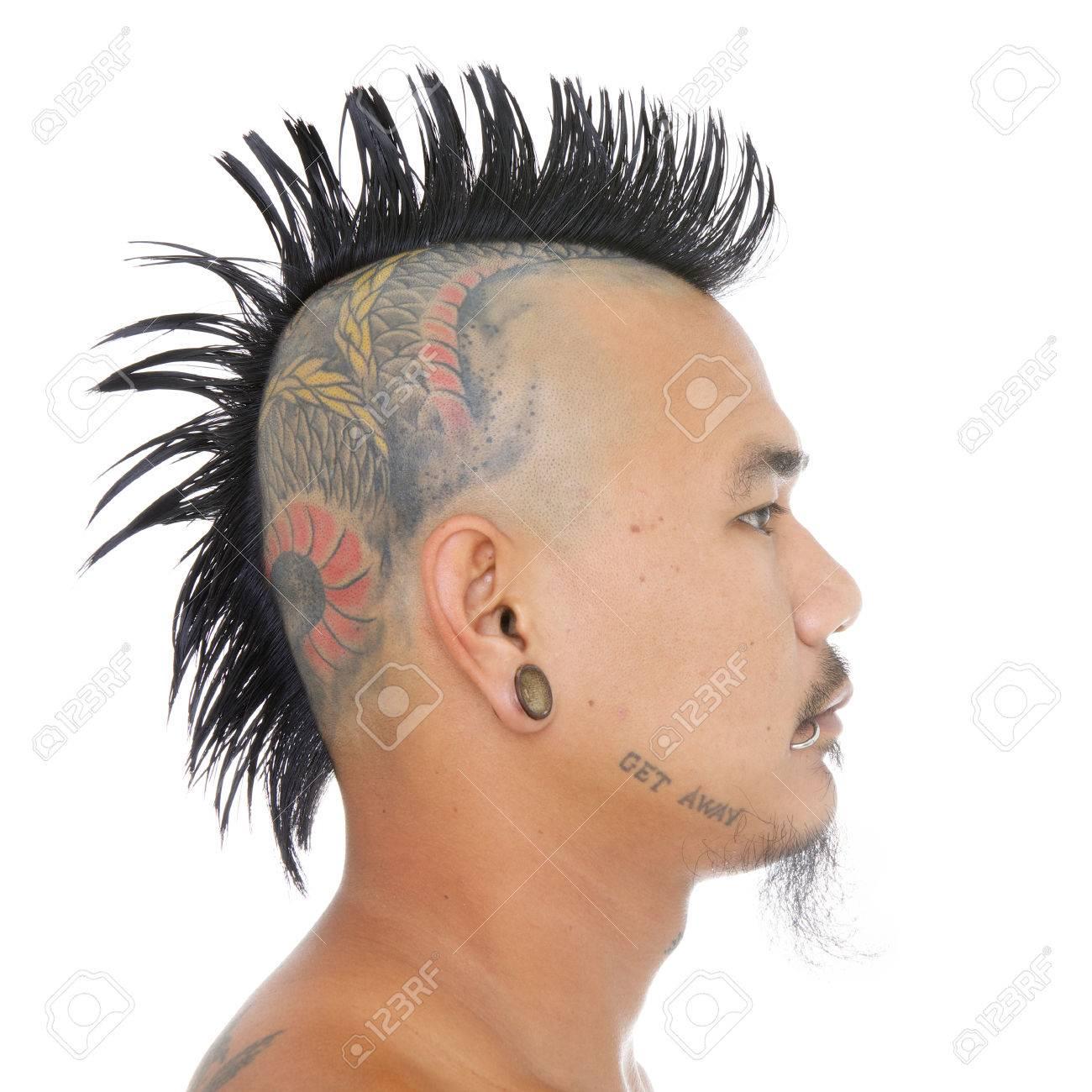 Nahaufnahme Von Kopf Des Asiatischen Punk Mit Irokesenschnitt Frisur Tatowierung Auf Dem Kopf Ohr Und Mund Piercing Auf Einem Weissen Hintergrund