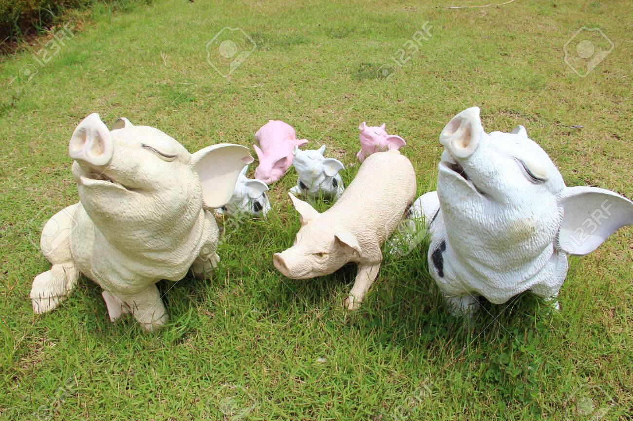 Pig lawn ornament - Statues Of Pig Stock Photo 33606983