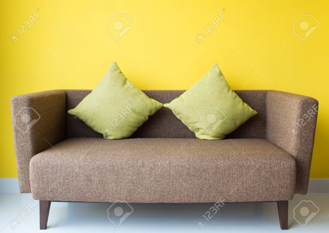 Design d\'intérieur par canapé marron et un oreiller vert dans le salon