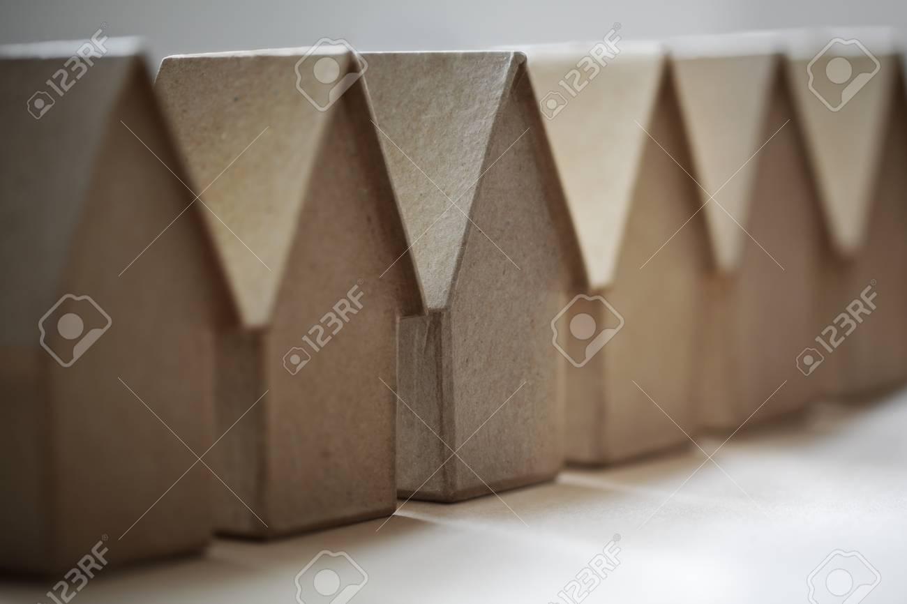 Case di cartone in un concetto di fila per la comunità quartiere o