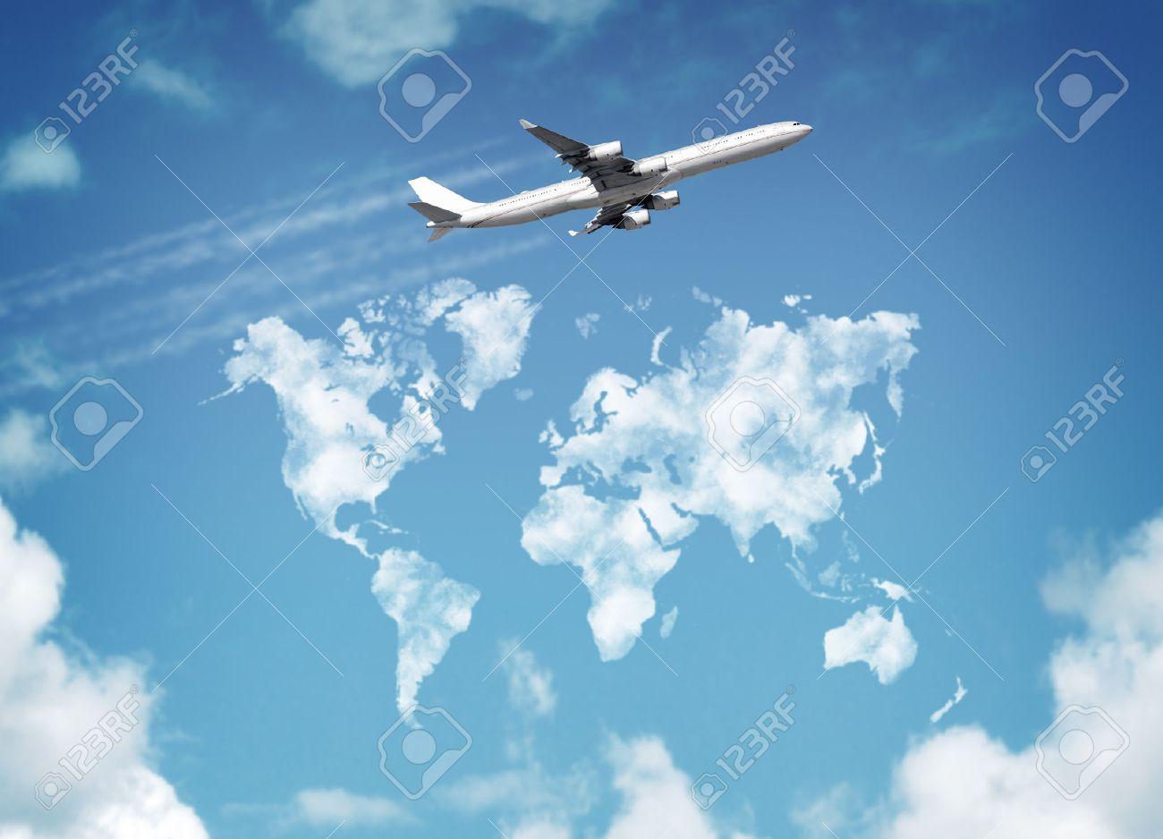 924a0d8f39 Foto de archivo - Pasajero avión volando por encima de cielo con nubes en forma  de mapa del mundo concepto de viajes y vacaciones