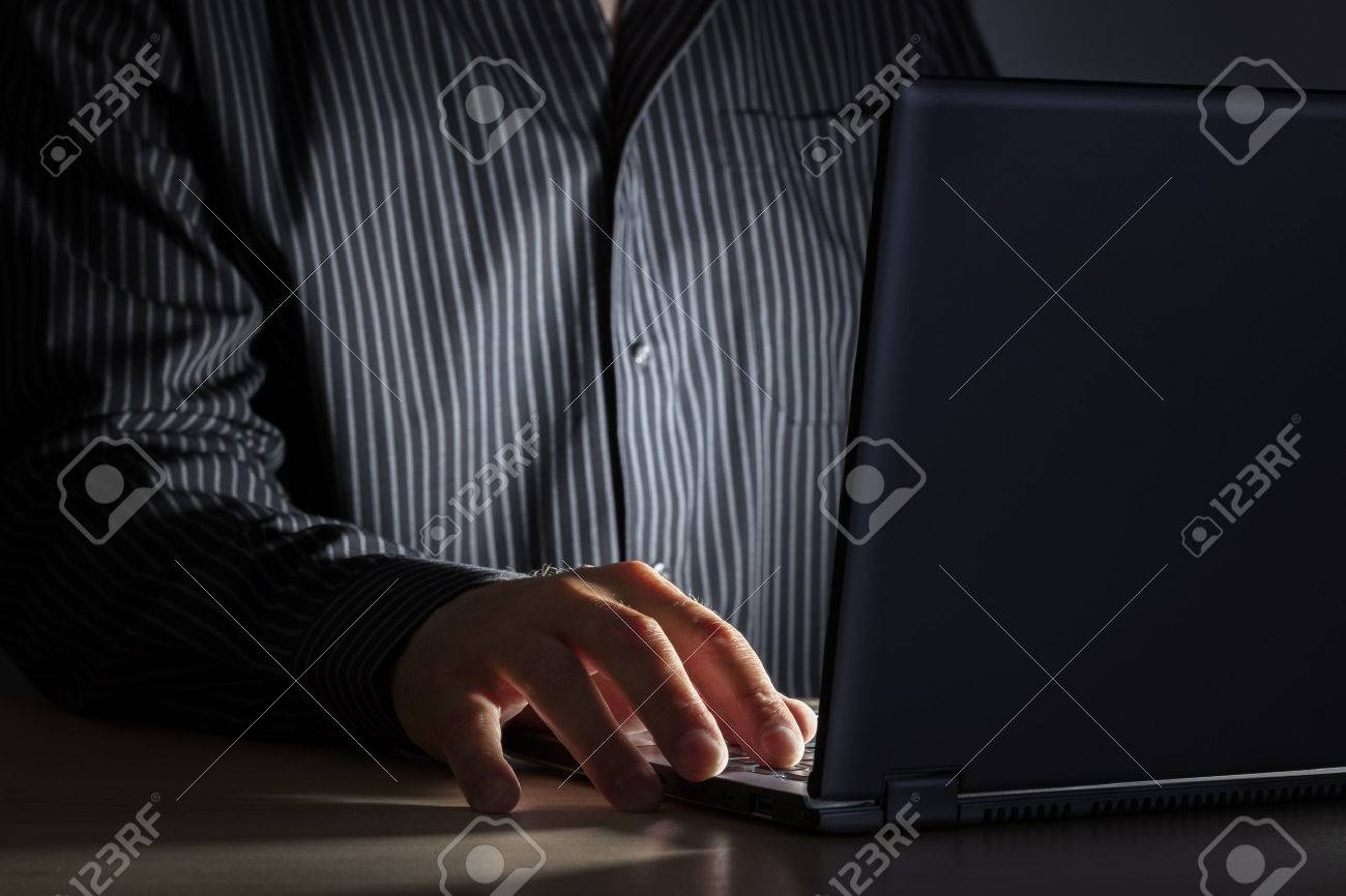 Tard dans la nuit dépendance à internet ou travaillant homme