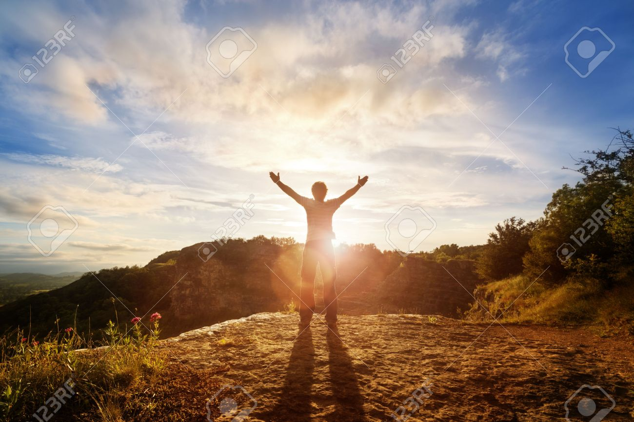 宗教、信仰、祈りと賛美の日没の概念の発生の手で男のシルエット の ...