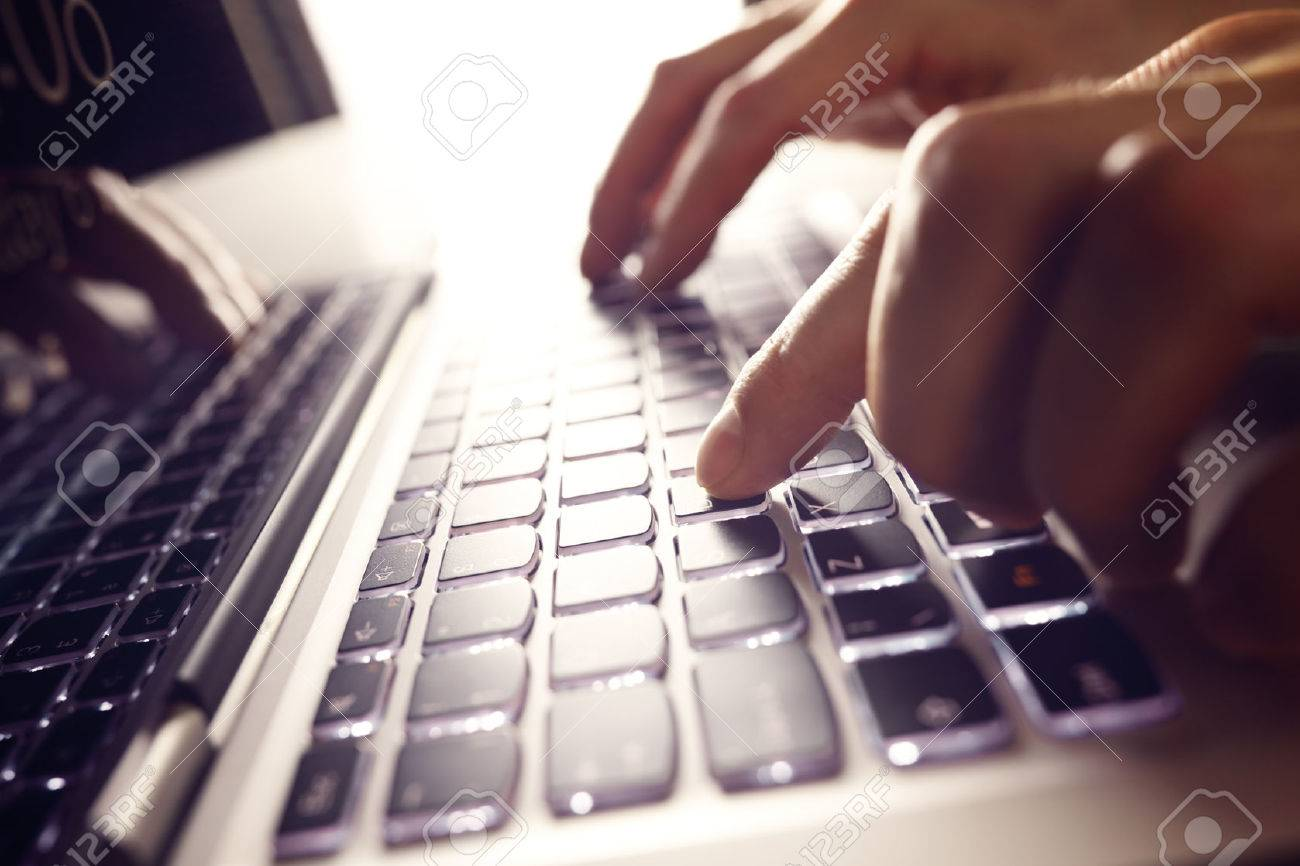 Businessman using laptop computer Standard-Bild - 48355397