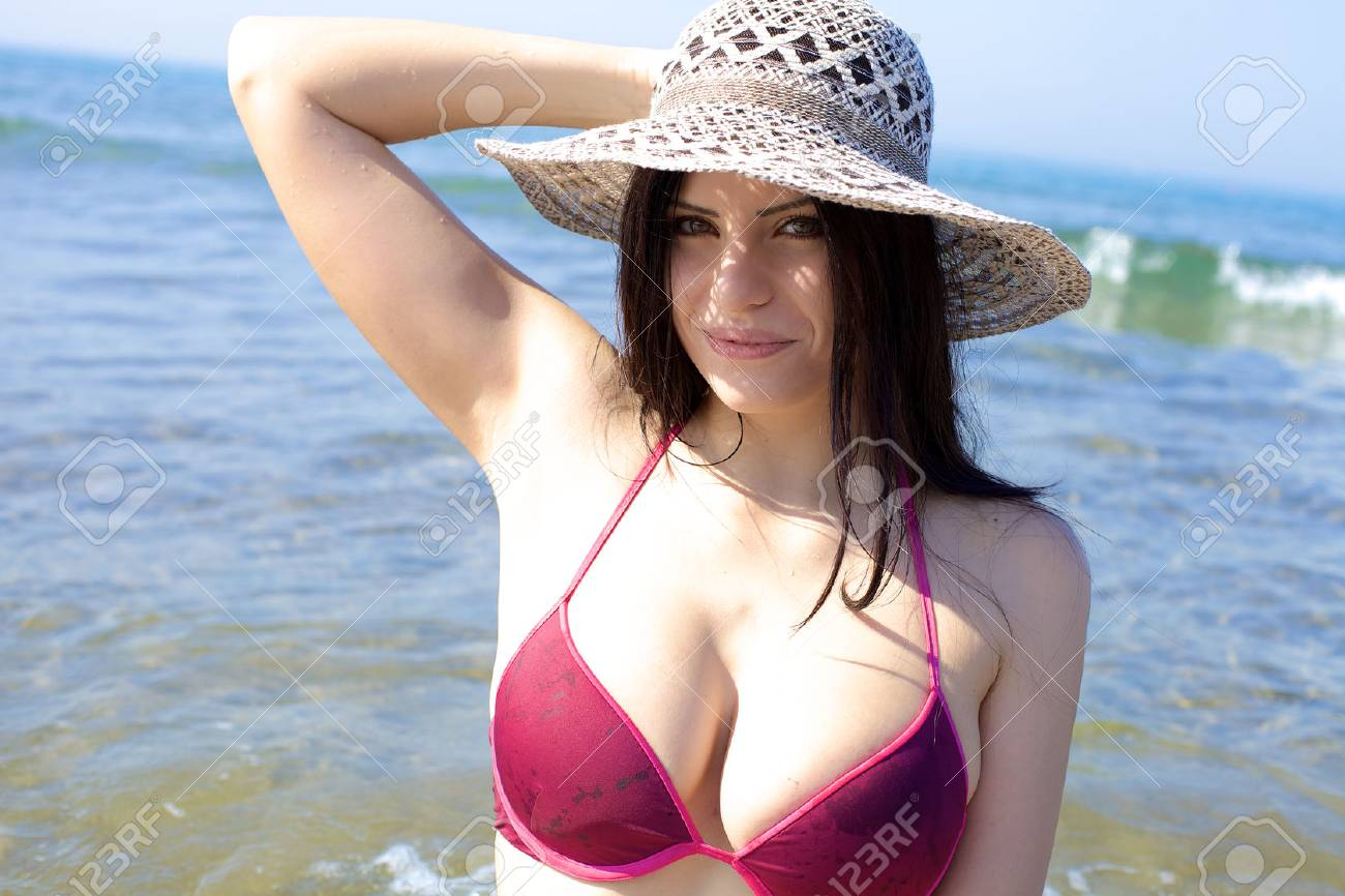 Beautiful female model enjoying summer and vacation - 26172010