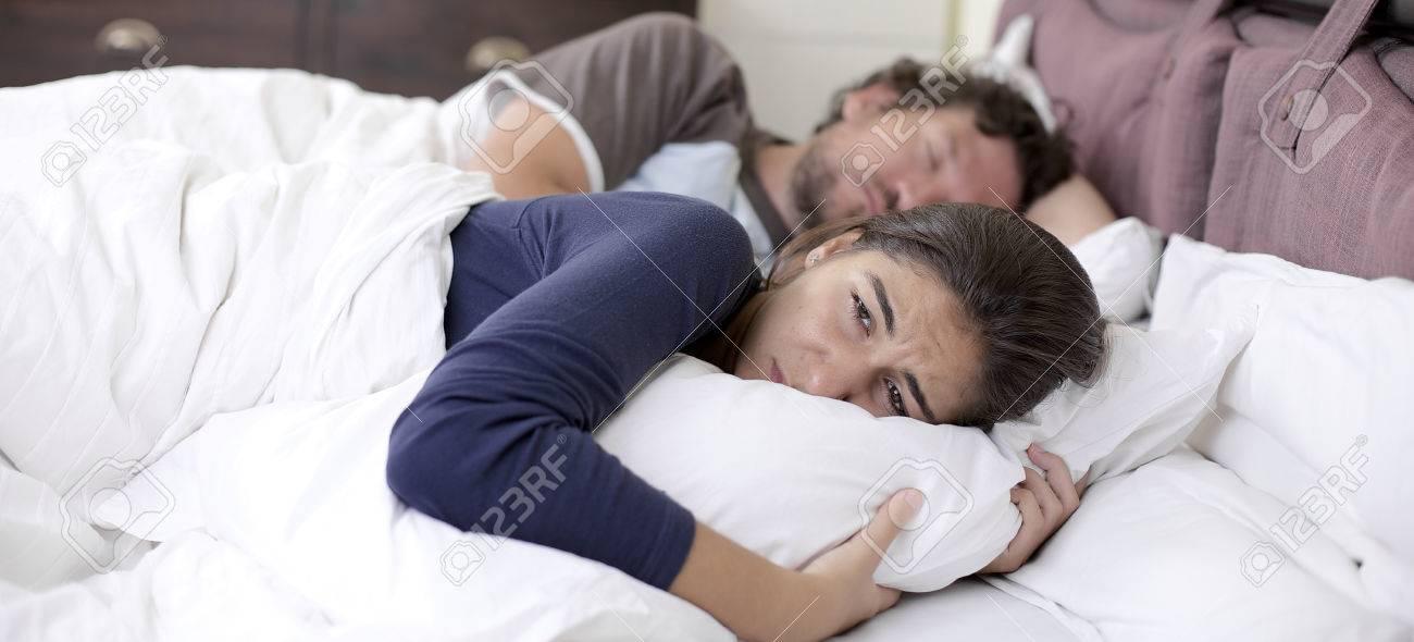 Молодая супруга в постели фото 250-975