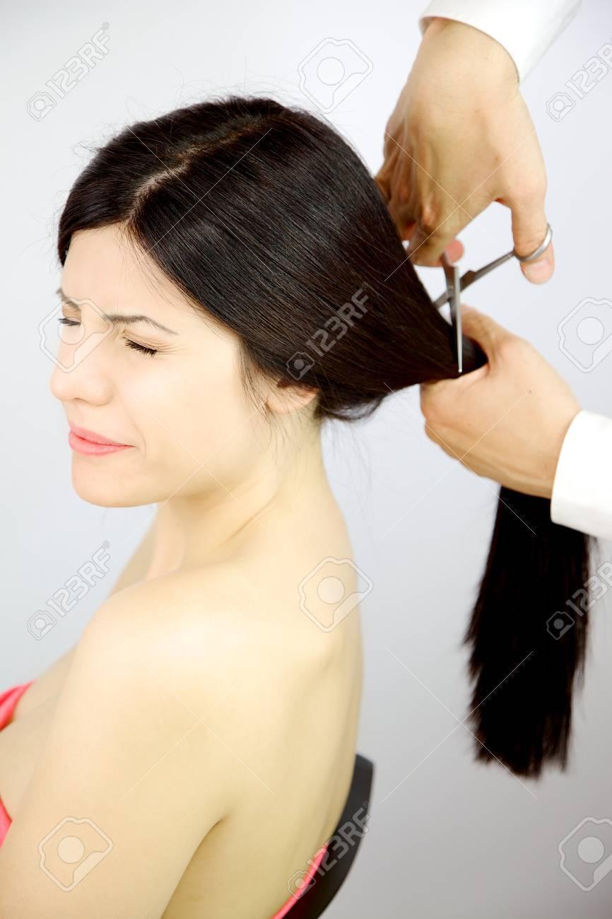 Schöne Frau Mit Geschlossenen Augen Aus Angst Friseur Schneiden