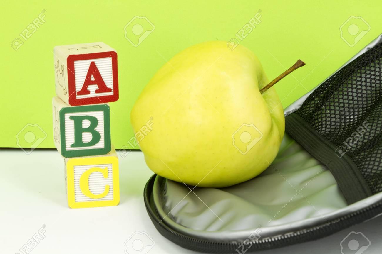 Blocs ABC, Pomme D\'or, Et L\'intérieur De La Boîte à Lunch Réfléchir ...
