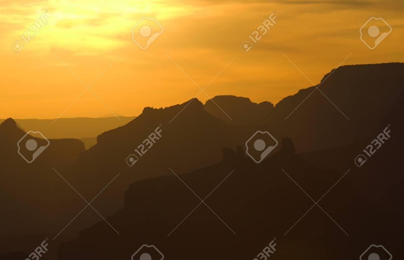 Des Silhouettes De Couchers De Soleil Spectaculaires Sur Des Couches