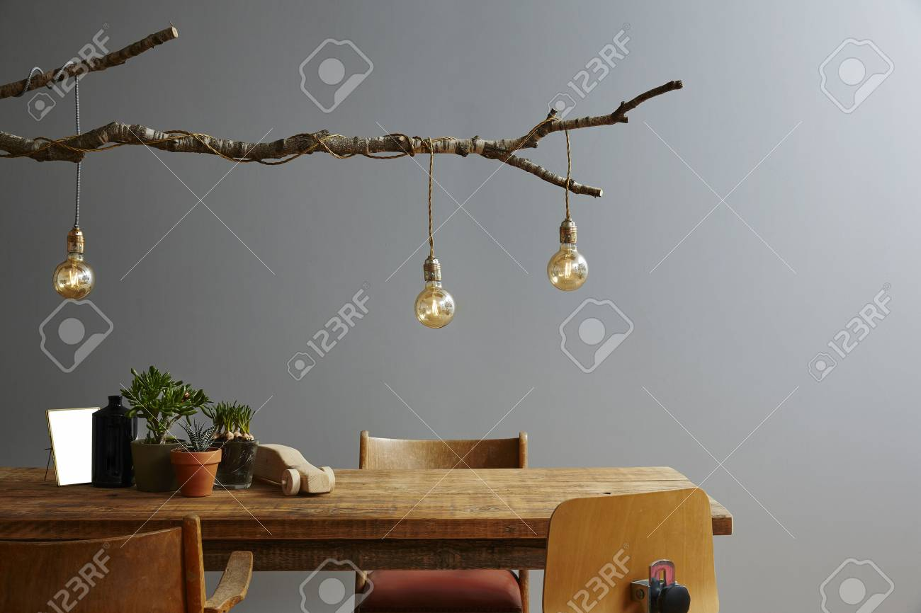 Moderne interieur holzmöbel und design lampe zweig und birnen