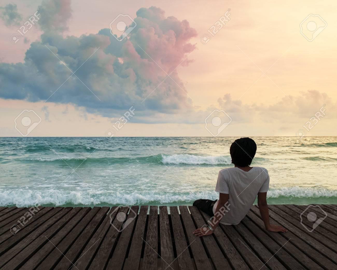 Hombre solo en la playa