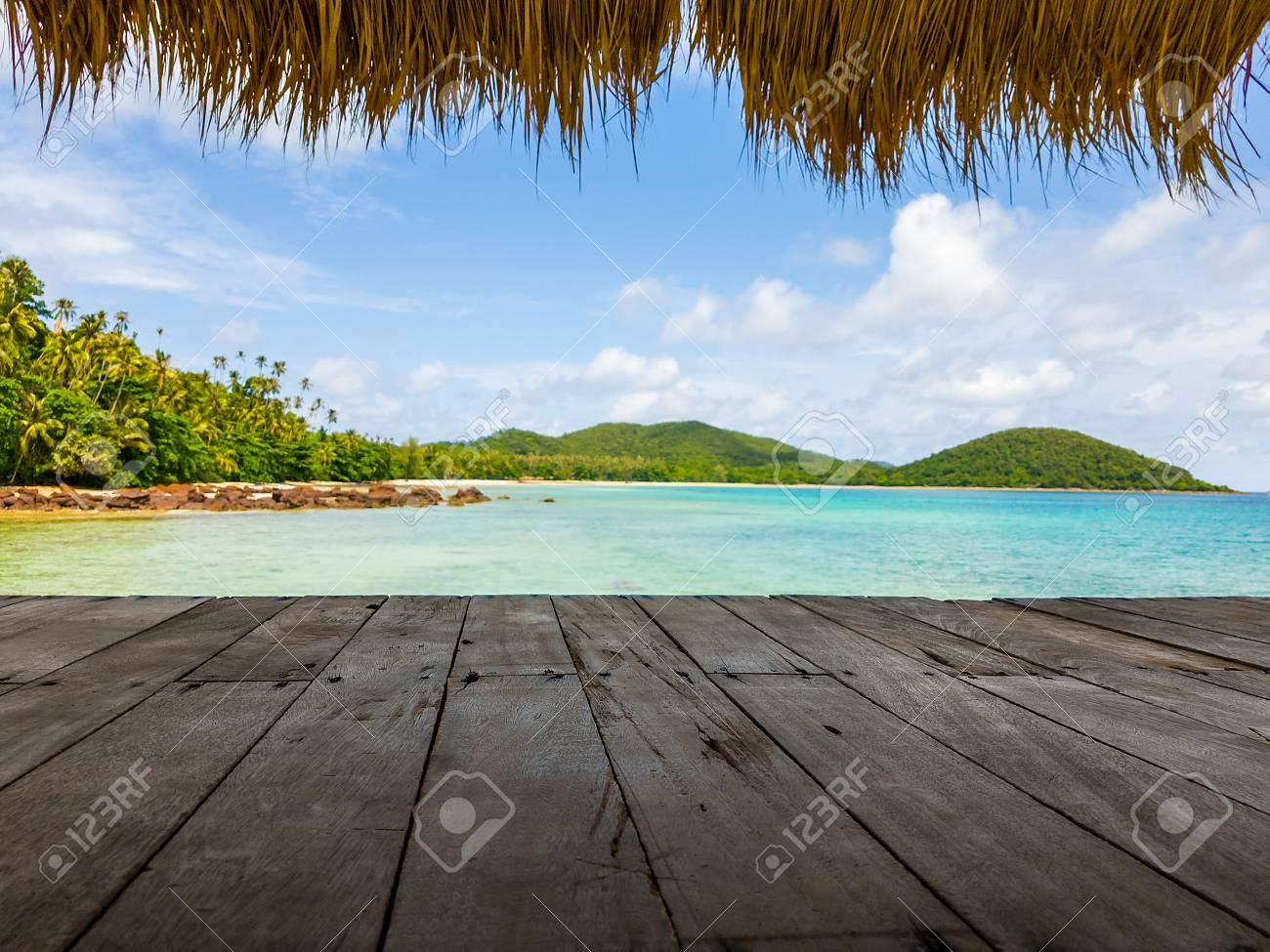 Terraza De Madera En La Playa Del Mar Con La Hoja De Bambú Como Techo Del Pabellón Y La Luz Del Sol En La Isla De Koh Mak En La Provincia De Trat