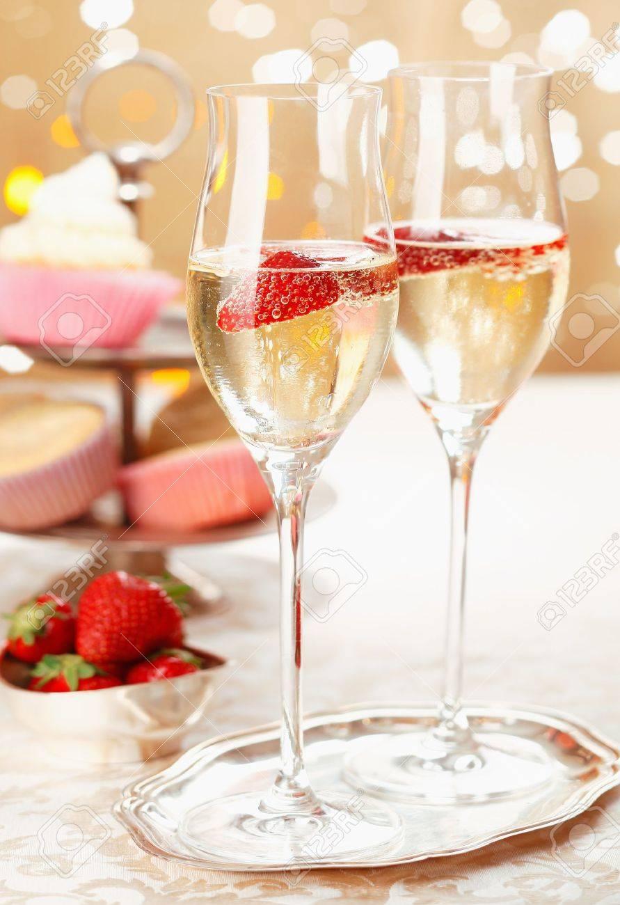 champagne et des fraises romantique servi sur un plateau dargent dans des fl - Plateau Romantique