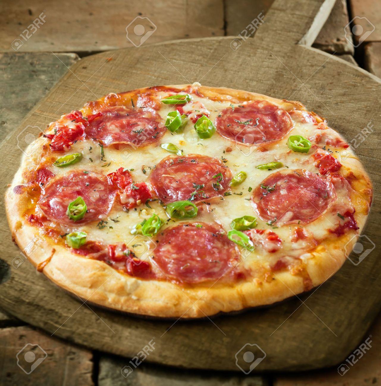 Пицца с сыром и колбасой и помидорами рецепт пошагово