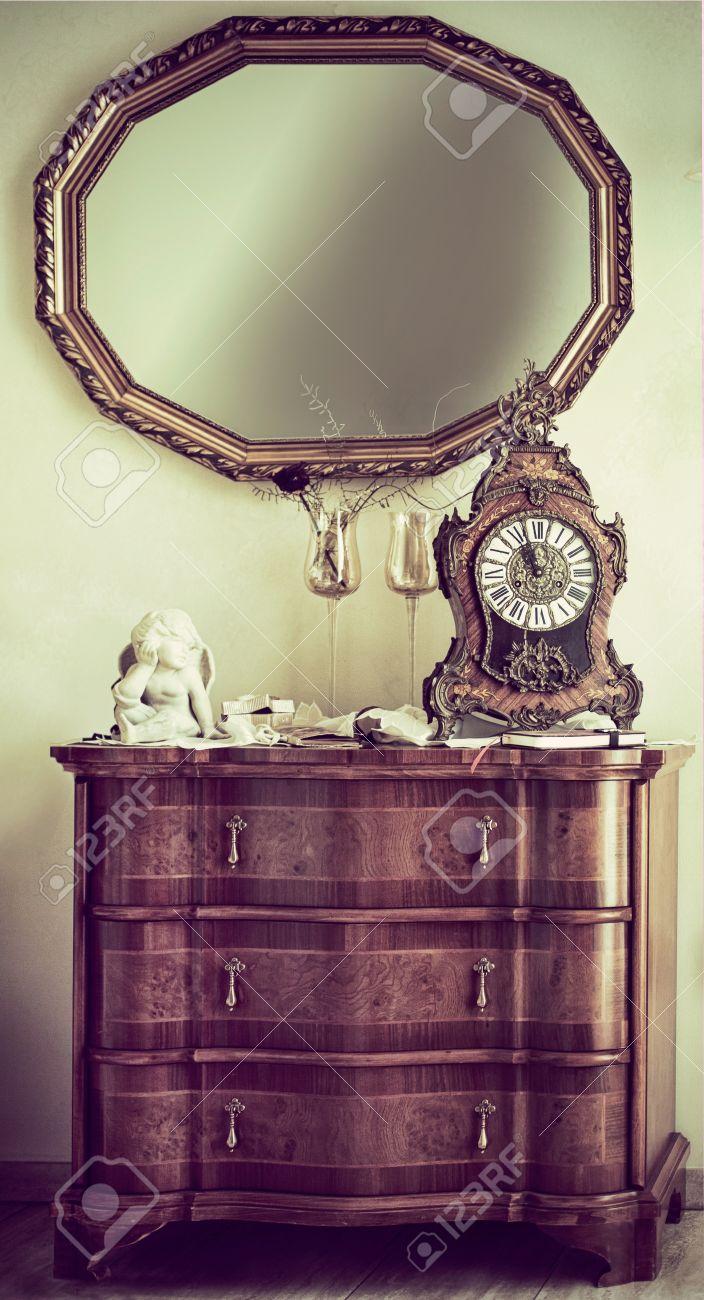 Cómoda De Madera Antigua Con Un Estilo Reloj De La Chimenea Adornada ...