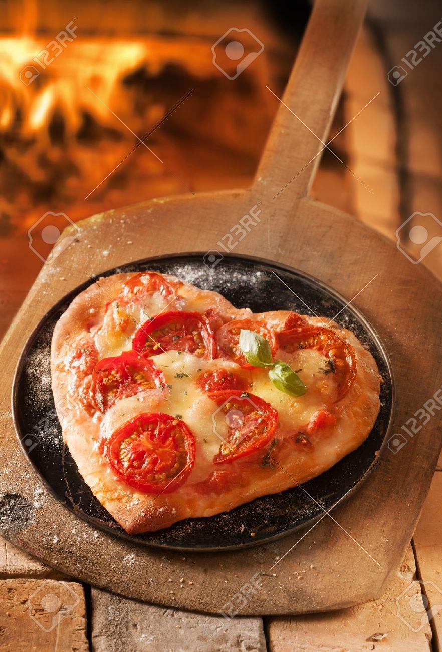 Romantique En Forme De Coeur Pizza Italienne Sur Un Plateau Et ...