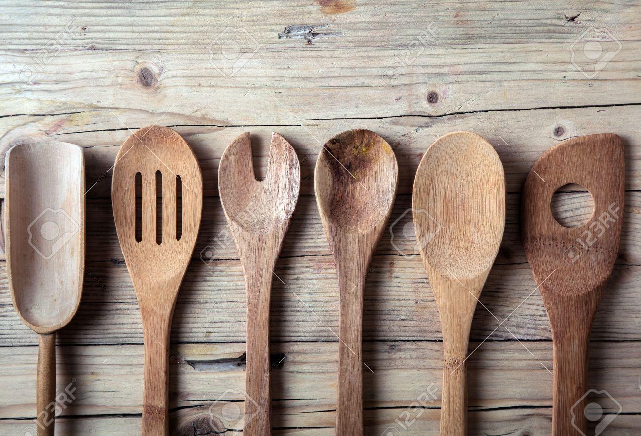 Ligne De Assortis Vieux Ustensiles De Cuisine En Bois Se Trouvant