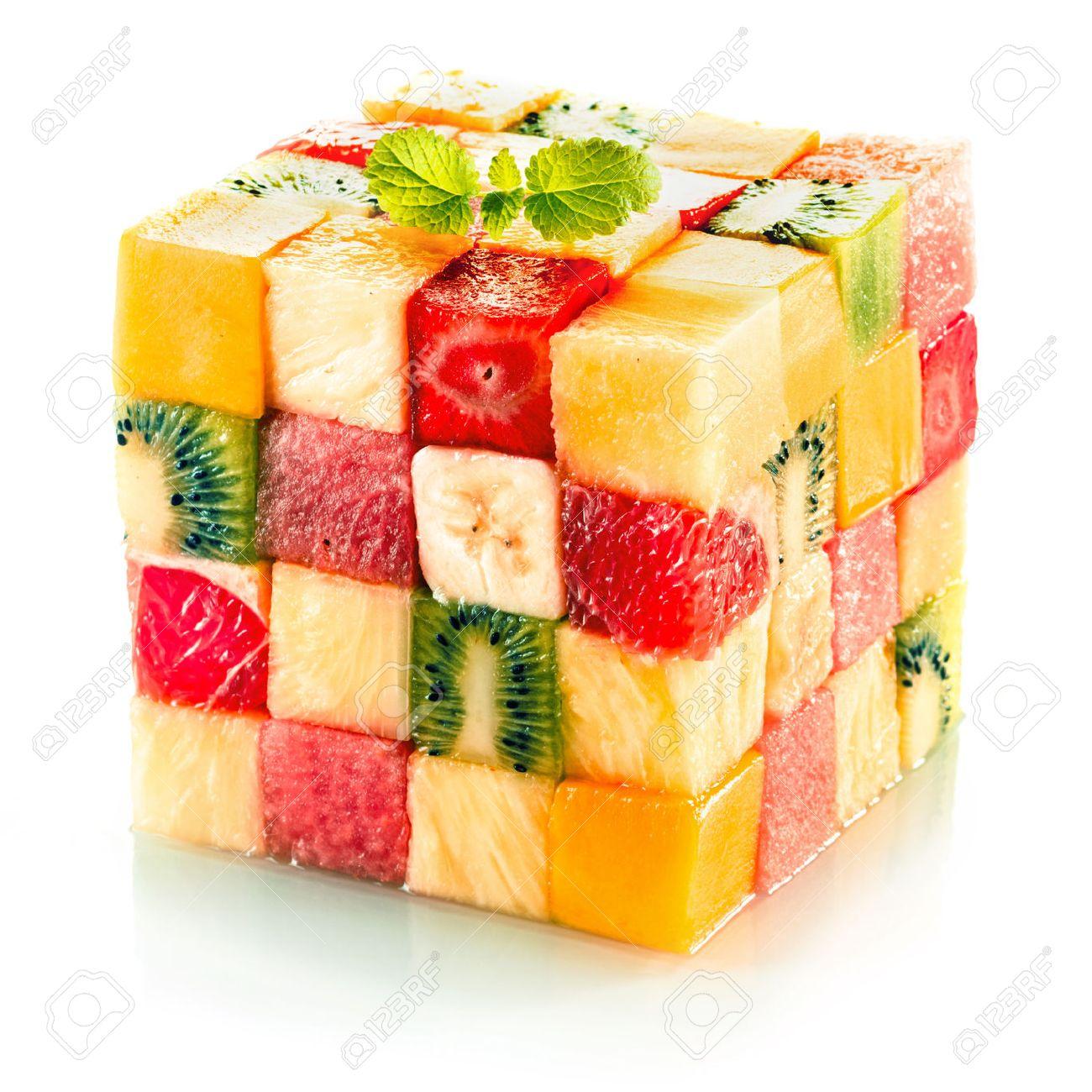 27054516-cube-de-fruits-form%C3%A9-de-petits-carr%C3%A9s-de-fruits-tropicaux-assortis-dans-un-arrangement-color%C3%A9-y-compris-le.jpg