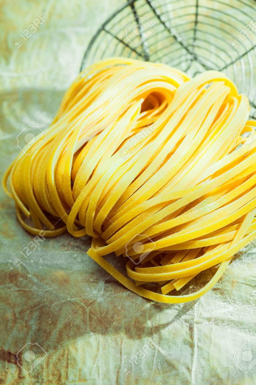 Linguini Pasta Seca Italiana En Una Cocina Del País Que Miente En El ...