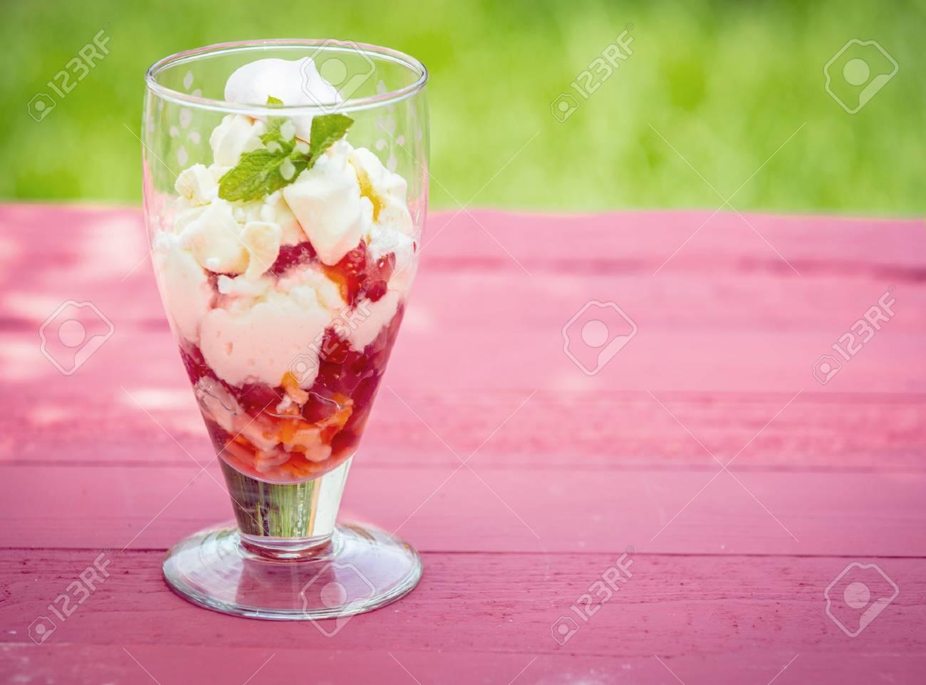 Bien-aimé Dessert Pavlova Fragola Servita In Un Bicchiere Alto Su Un Tavolo  YR39