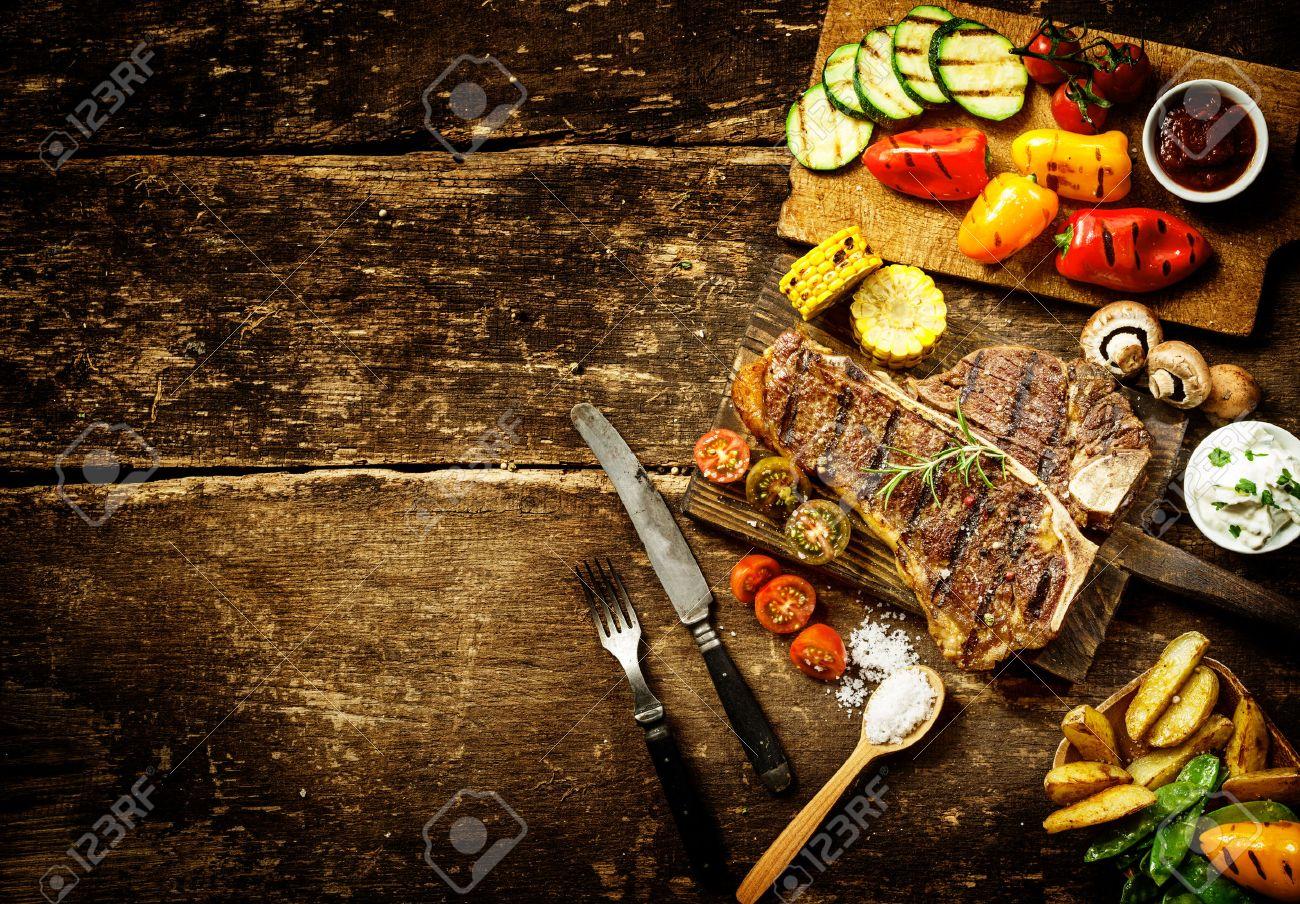Preparación T-Bone Steak Y Asar Verduras En Una Cocina Del País Con ...