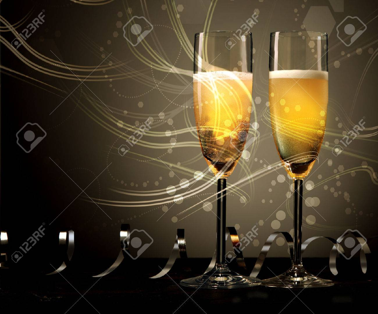 Nouvel An Mariage Ou Un Anniversaire Fond De Deux Flûtes De Champagne élégantes Avec La Lumière Tourbillonnante Et Tournoyé Des Serpentins Ou