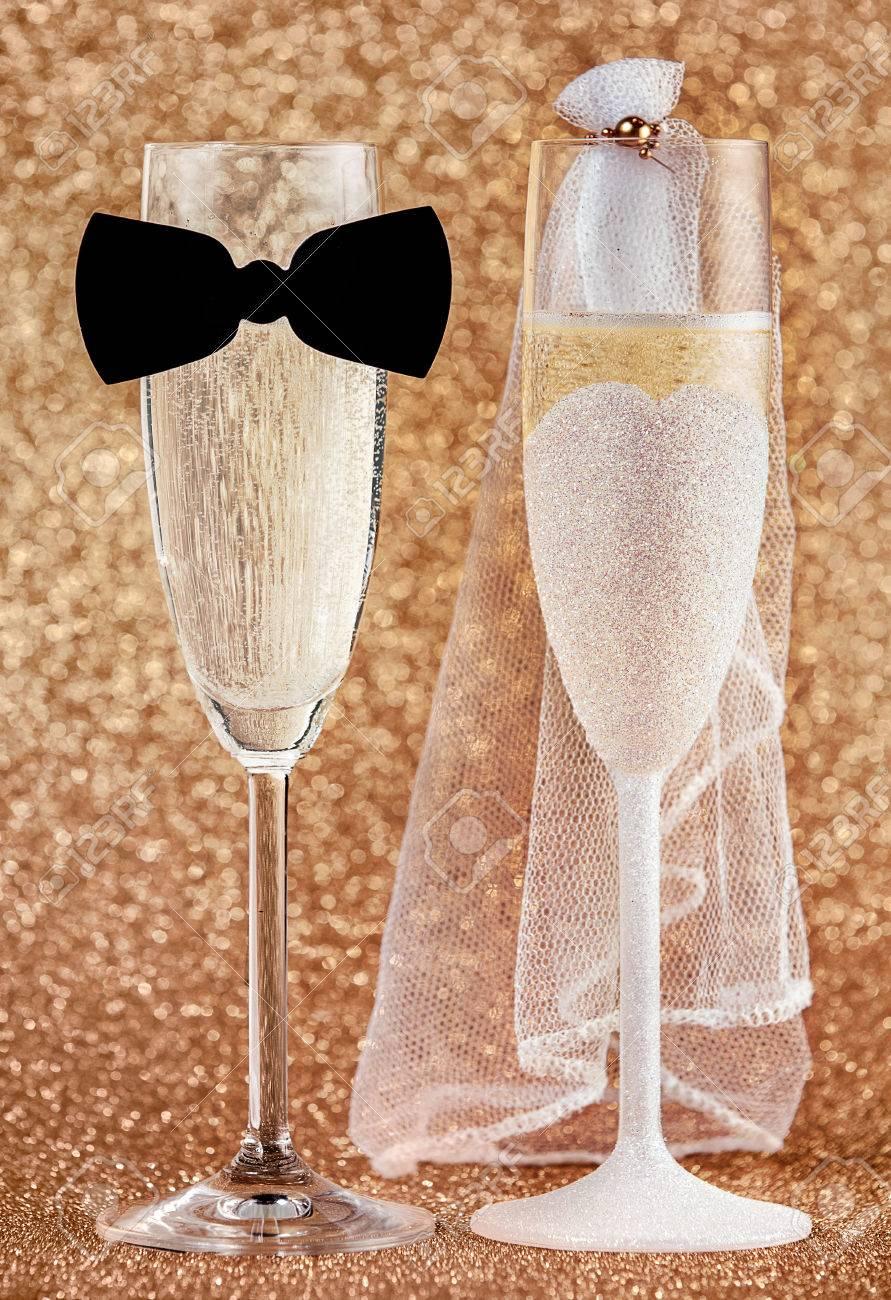 Copas De Champán Elegantes Vestidos Para Una Boda Como La Pareja De Novios En Una Corbata De Lazo Y El Velo Decorado Con Brillo De Oro En Una