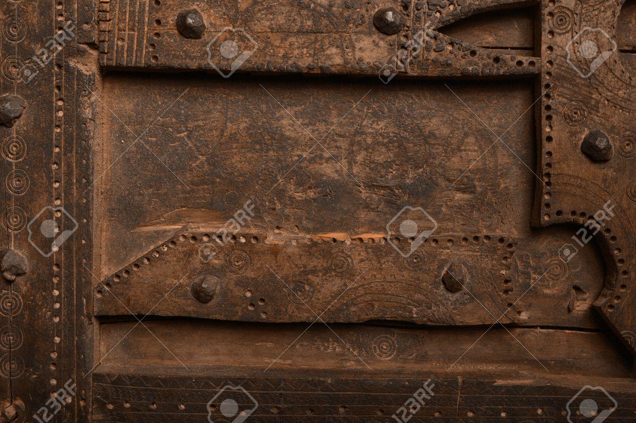 Pannello di legno vecchio con borchie di ferro e un bordo ...