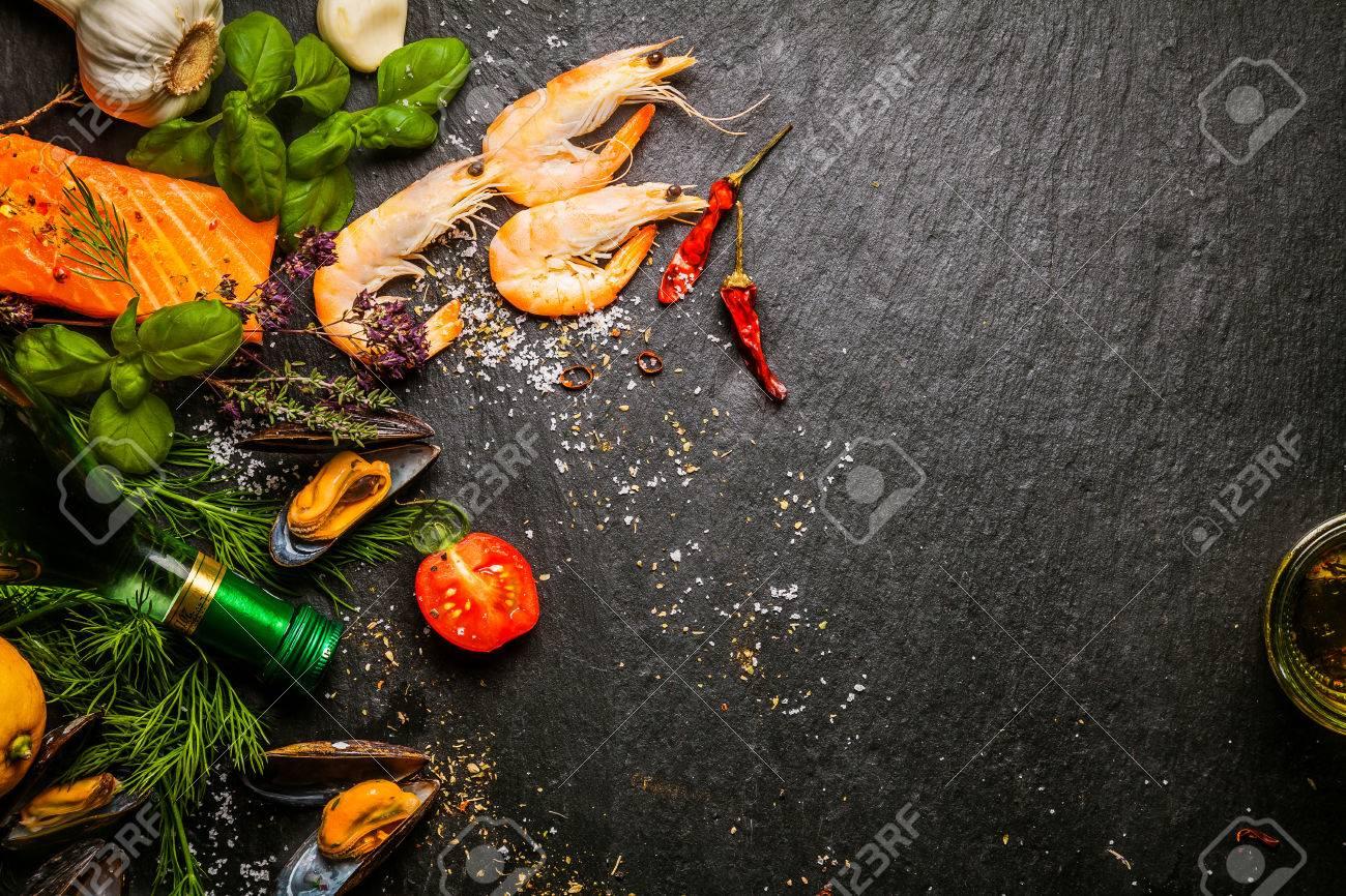 Het Voorbereiden Van Verse Vis In De Keuken Met Gastronomische ...