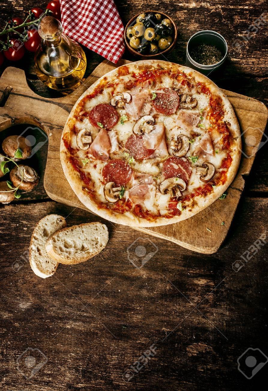 Deliciosa Comida País Pizza Italiana Rematado Con Salami, Jamón ...