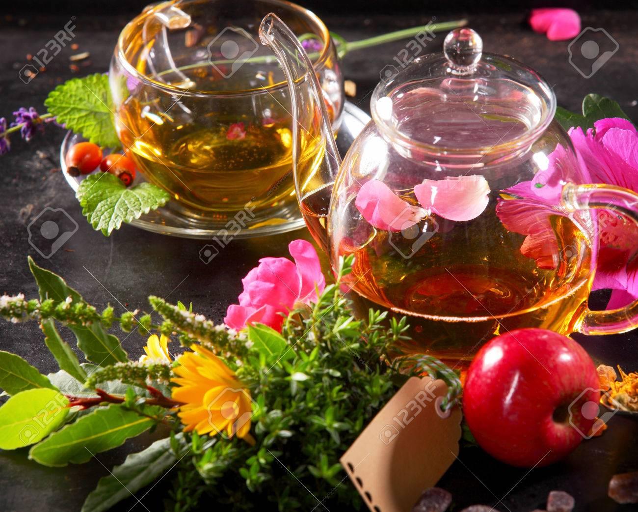Geliebte Teekanne Und Tasse Tee Auf Schwarzem Hintergrund Mit Fruchtigen &OC_54
