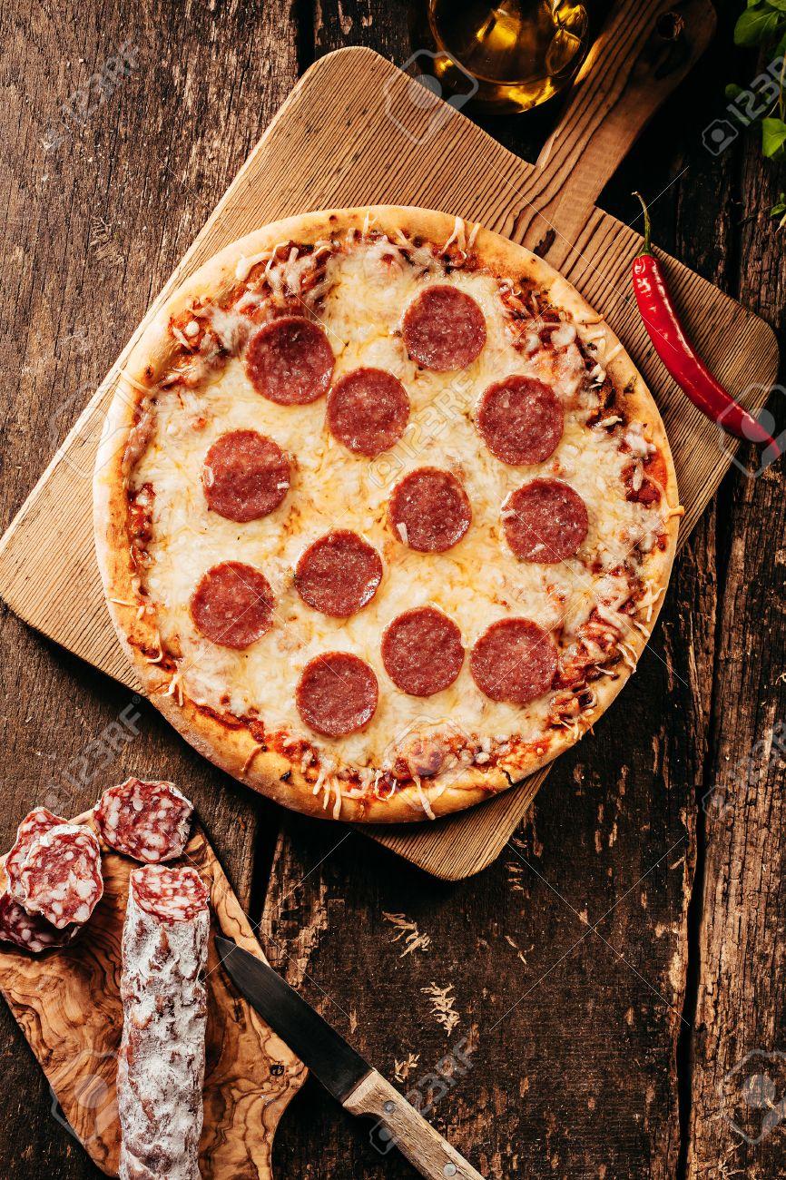 Pikante Salami Oder Peperoni-Pizza Mit Einem Roten Heißen Cayenne ...