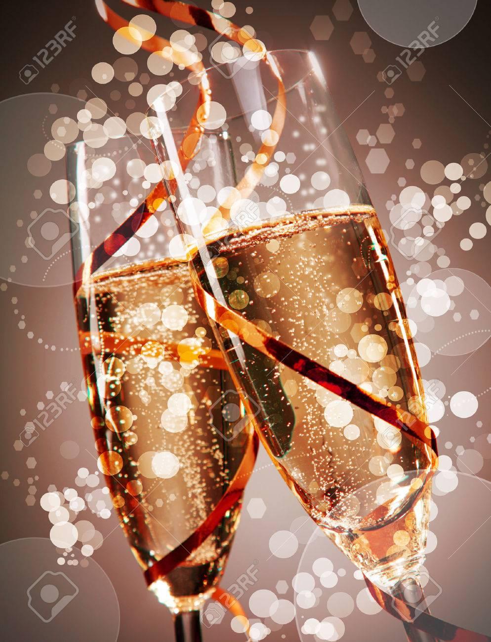 Deux Flutes De Champagne De Fete Petillante Avec Mousseux Bokeh Enroulees Ronde Avec Une Banderole Du Parti D Or Conceptuel D Un Mariage Nouvel An Ou D Une Fete D Anniversaire Banque D Images Et Photos Libres