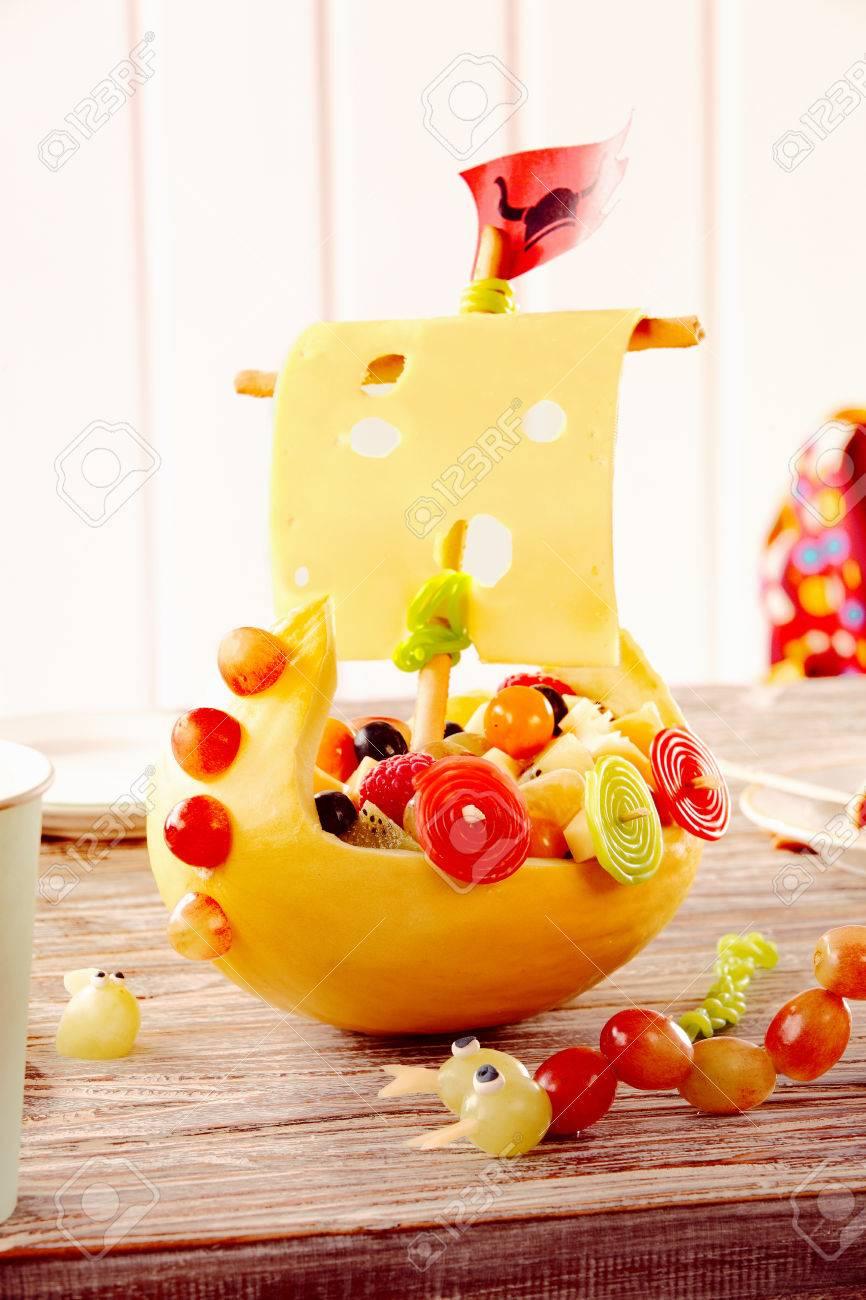 Dekorative Wikingerschiff Aus Frischem Kase Obst Und Gemuse Als