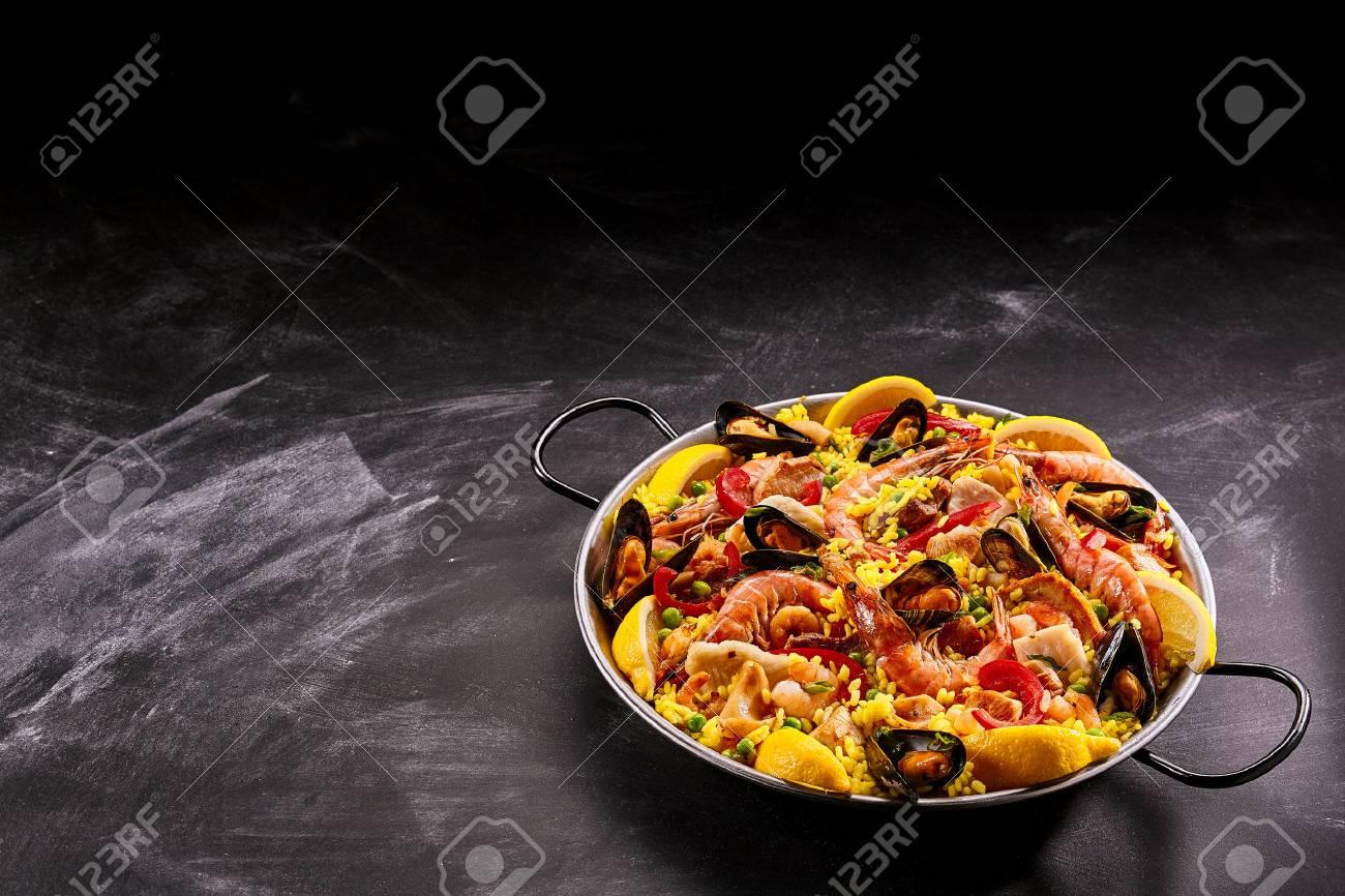 Spanisch Muscheln Und Reis In Der Pfanne Mit Roten Griffen Auf