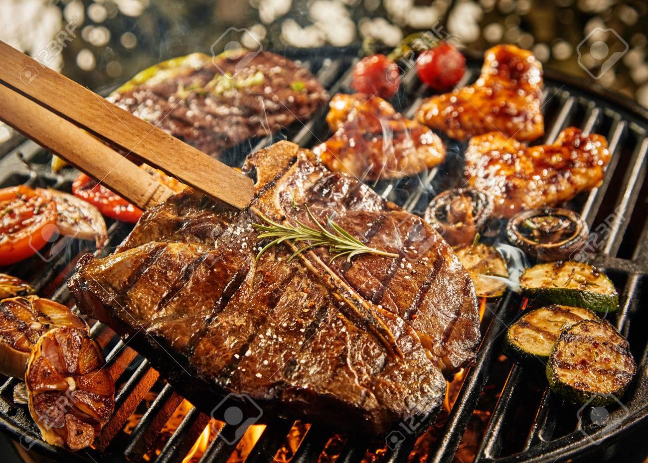 Filete De Ternera Magra Saludable En Una Barbacoa De Verano Portátil ...