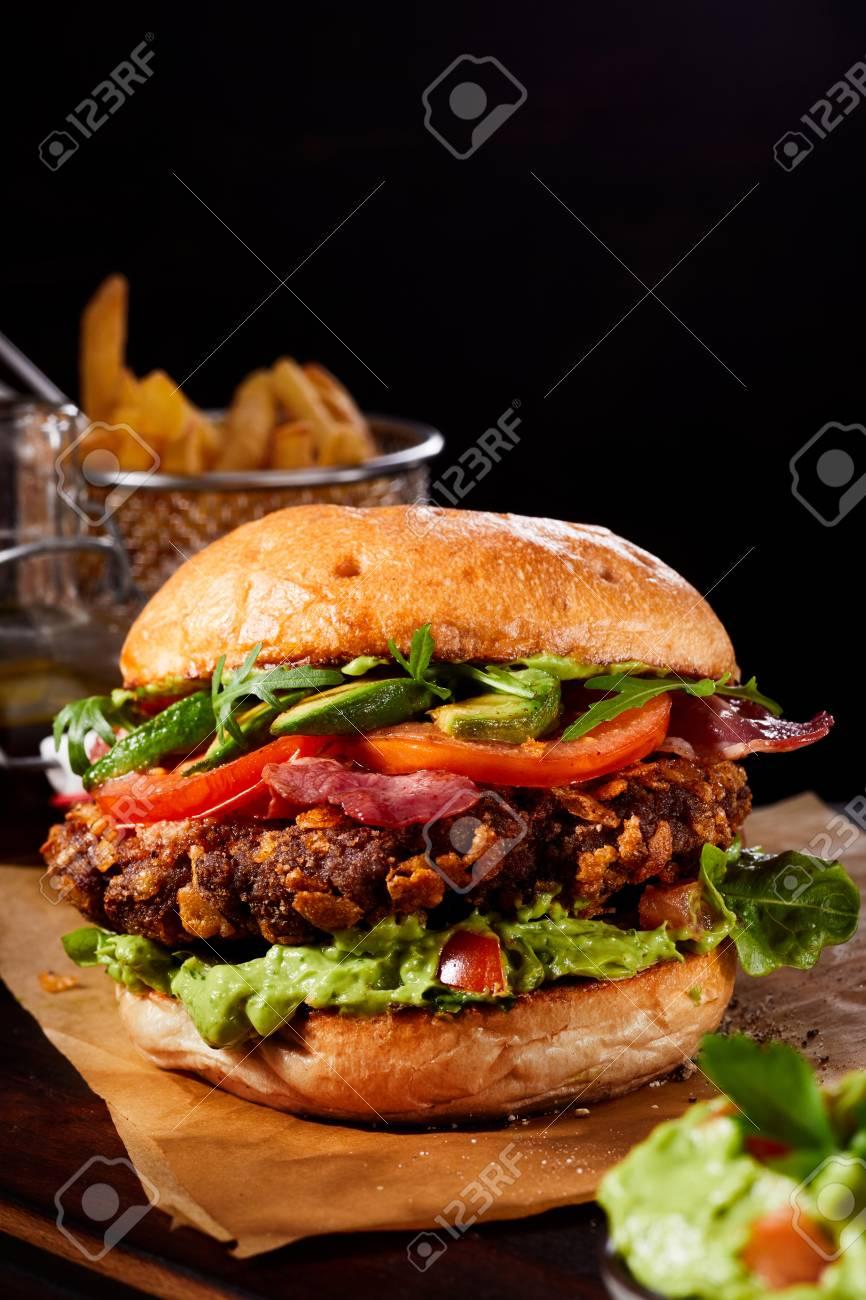 Avocado Burger Auf Einem Bett Von Guacamole Mit Rucola Und Salat