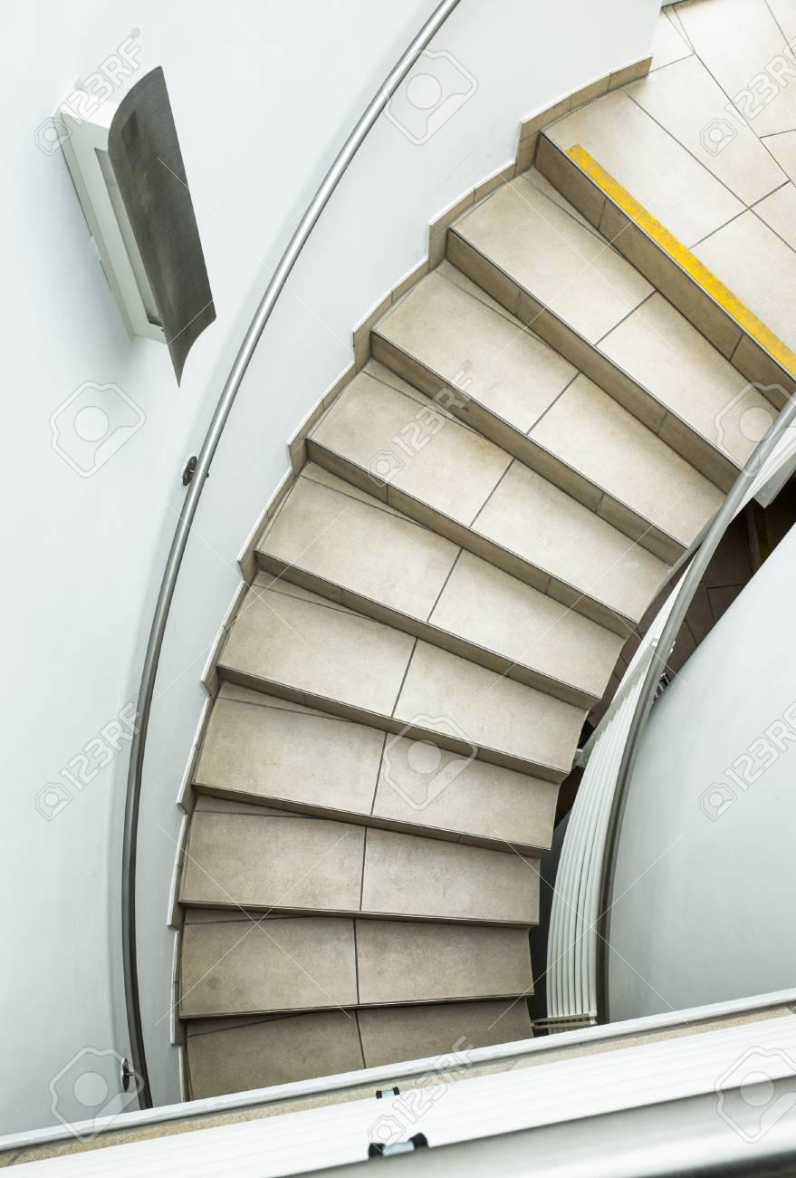 Escalier moderne à un immeuble de bureaux