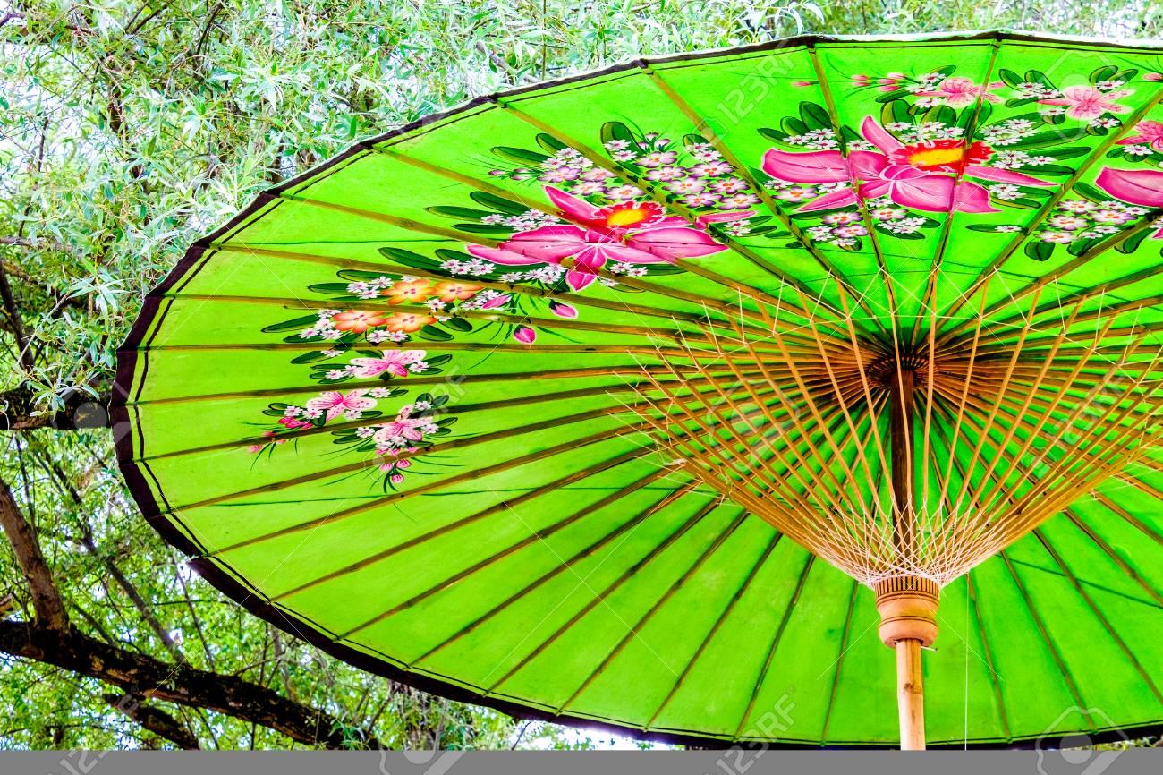 Beau Vieux Parasol Chinois   à Proximité Banque D'Images Et Photos