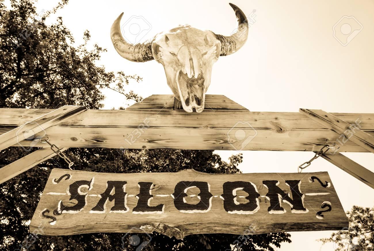 La Frontera: Más allá del límite del bien y del mal. - Página 3 92260290-old-saloon-sign-with-skull