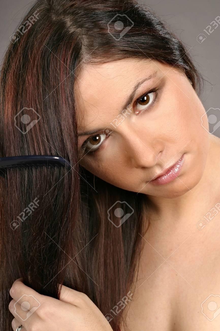 cheveux auburn-fille, sa femme se brosser les cheveux banque d