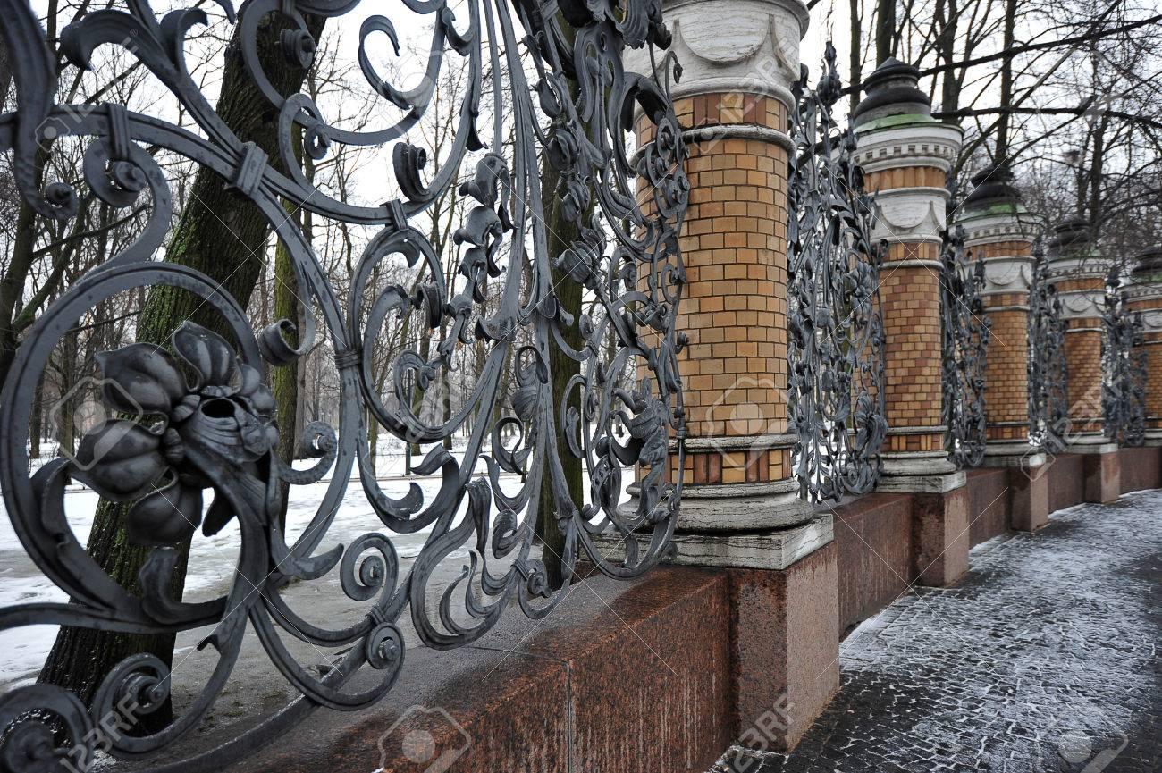Cercas De Hierro Forjado Del Jardín Mijailovski, San Petersburgo ...